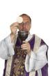 katholischer Priester bei der Kommunion
