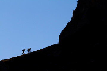 Alpinistes qui montent