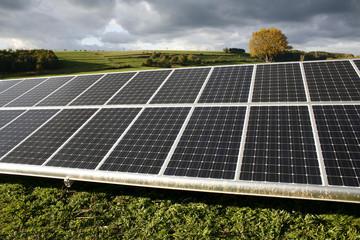 Solarmodule in ländlicher Umgebung