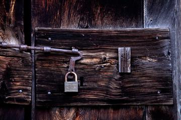 antica porta di legno con lucchetto