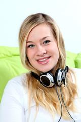 Schöne Frau mit Kopfhörer