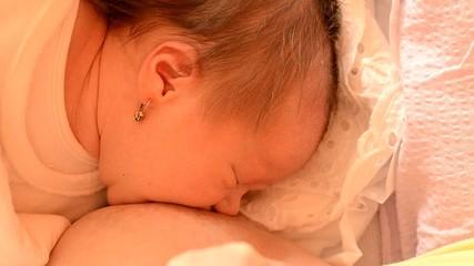 bébé tétant le sein de sa maman