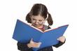 Bambina legge un libro