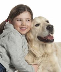 bambina abbraccia golden retriever