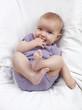 bébé suçant ses doigts