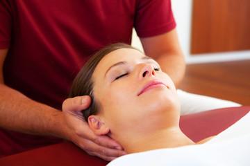 Entspannte Nacken- und Kopfmassage einer schönen Frau