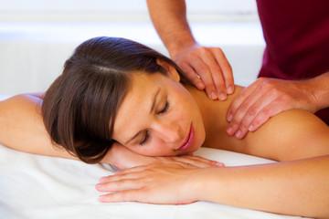 Schöne junge Frau entspannt bei der Massage