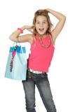Enfant fait la star avec un sac cadeau
