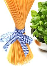 Italienische Spaghetti mit Schleife & Basilikum