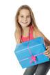 Enfant avec cadeau bleu