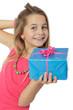 Enfant avec un gros cadeau bleu