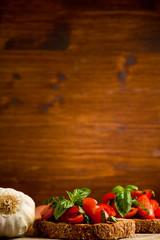 Bruschetta siciliana su sfondo di legno