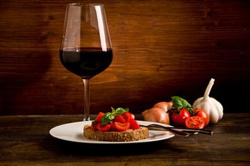 Bruschetta siciliana con vino su sfondo di legno