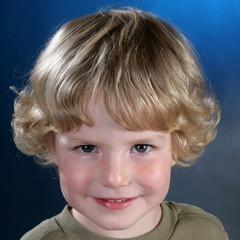 Kind mit blonden Locken