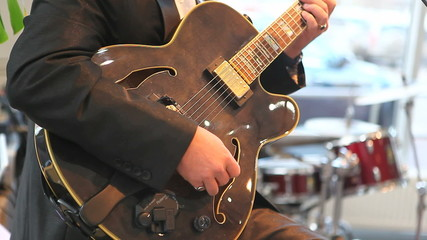 man plaing jazz on the guitar