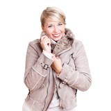 junge blonde Frau in Wintersachen