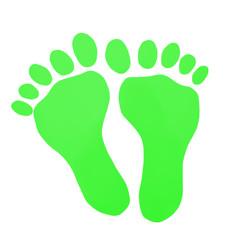 Grüne Fußabdrücke auf weißem Hintergrund
