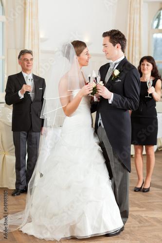 Brautpaar stößt mit Sekt a