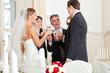 Hochzeitsgesellschaft stößt mit Sekt an