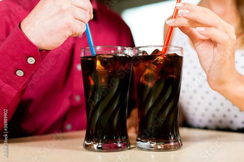 Paar trinkt Cola in einer Bar oder Restaurant