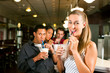 Freunde trinken Milchshakes in einer Bar