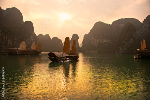 Leinwanddruck Bild Halong Bay, Vietnam. Unesco World Heritage Site.