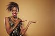 Afrikanerin präsentiert
