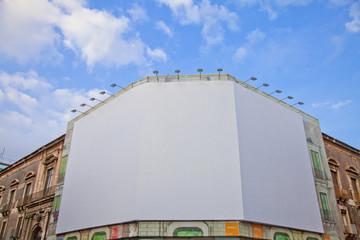 große Werbefläche an einer alten Fassade