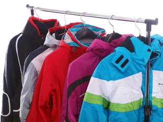 winterjacken an der garderobe