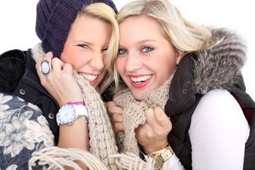 Zwei junge Frauen im Winter