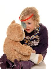 Kind mit Stethoskop als Arzt
