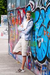 Cool blickender Jugendlicher Mann