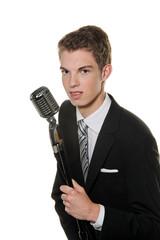 Junger  Sänger mit Retro Mikrofon
