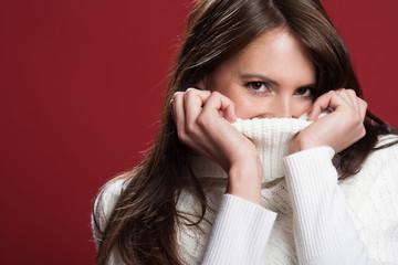 Brünette Frau trägt kuscheligen Pullover