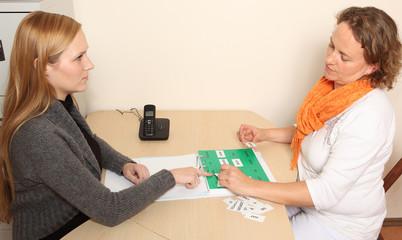 Logopädin mit Patientin bei der Sprach-Therapie