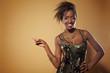 Lachende Afrikanerin zeigt mit Finger