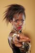 Junge Afrikanerin zeigt in die Kamera