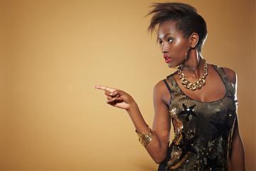 Afrikanerin zeigt mit Finger