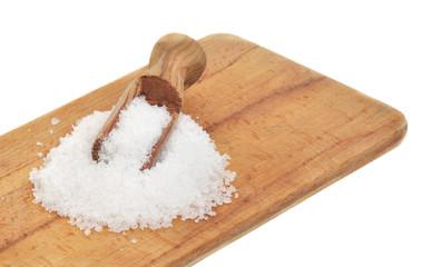 gros sel sur planche en bois