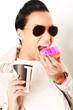 Frau mit Kaffee und Donut
