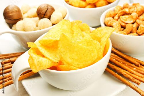Chips und Nüsse