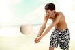Mann spielt Volleyball