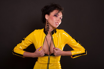 Frau in gelbem Latex Catsuit