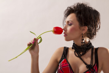 Brünette Frau mit Blume Tulpe