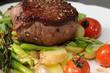 Rumpsteak mit Salat auf grünem Spargel
