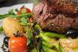 Steak mit Salat - auf grünem Spargel und Kartoffeln