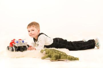 Мальчик играет лежа на полу