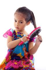 enfant se brosse les cheveux