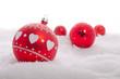 Rote Weihnachtsbaumkugel mit Herzchen