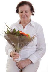 Ältere Frau mit Blumen
